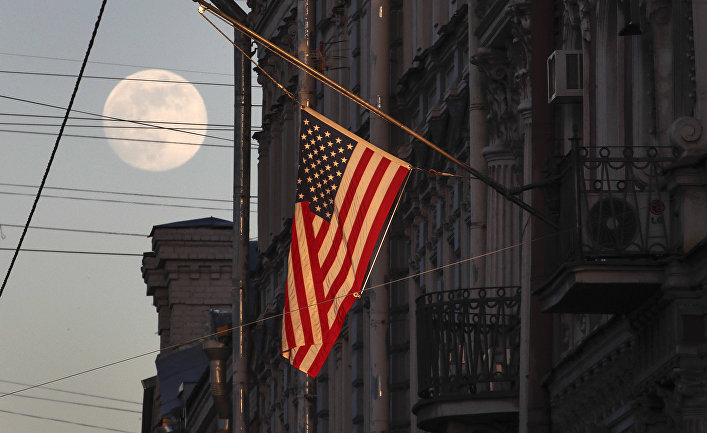 Флаг США на здании консульства США в Санкт-Петербурге
