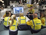 Сотрудники IKEA совещаются на рабочем месте