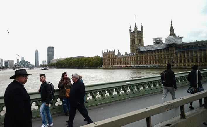 Прохожие на Вестминстерском мосту у Вестминстерского аббатства в Лондоне