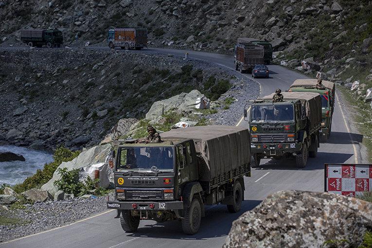 Конвой индийской армии движется по шоссе Шринагар - Ладакх в Гагангире, Индия