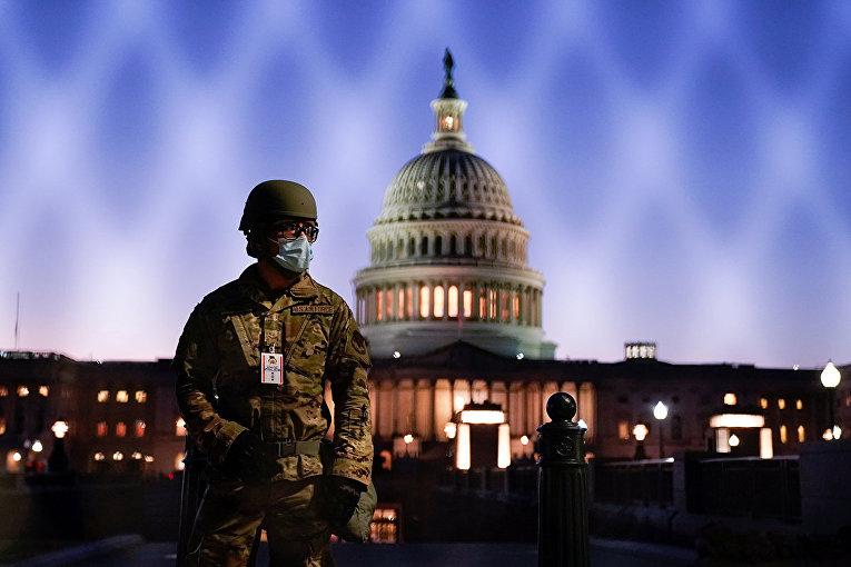Военный возле Капитолия в Вашингтоне