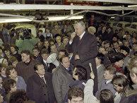 Борис Ельцин выступает на митинге перед рабочими Горьковского автомобильного завода