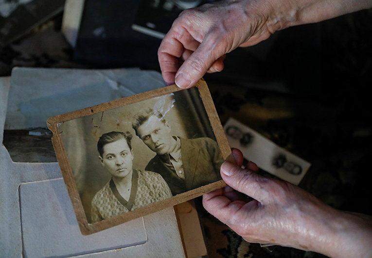 Елизавета Михайлова показывает фотографию ее родителей – матери Антонины и отца Семена
