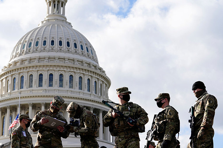 Солдаты Национальной гвардии США у здания Капитолия в Вашингтоне