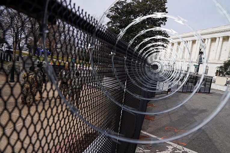 Колючая проволока вокруг Капитолия США в Вашингтоне