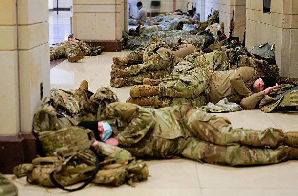 Солдаты военной полиции спят в здании Сената в Вашингтоне