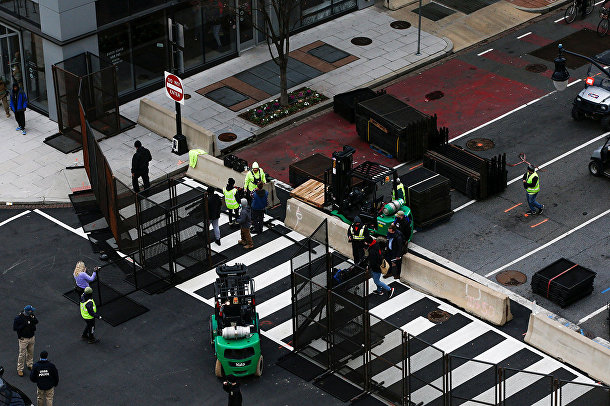Рабочие устанавливают баррикады в Вашингтоне