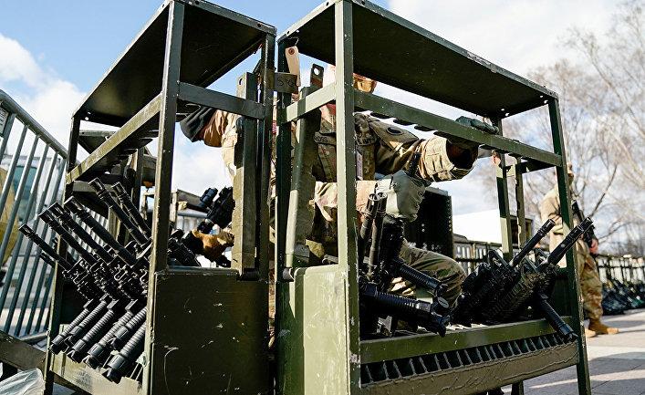 Войска Национальной гвардии получают оружие у Капитолия США в Вашингтоне