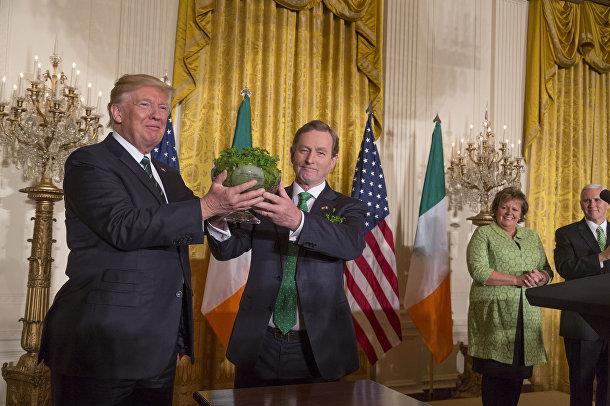 Премьер-министр Ирландии Энда Кенни преподносит Дональду Трампу трилистник в качестве подарка в День Святого Патрика в Белом доме в Вашингтоне