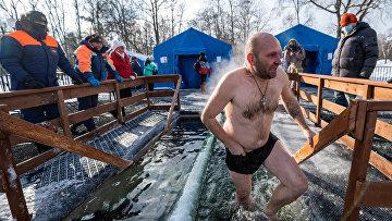 Крещенские купания на озере Верхнем в Центральном парке культуры и отдыха имени Гагарина в Южно-Сахалинске