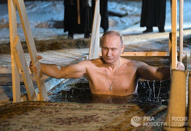 Президент РФ В. Путин принял участие в крещенских купаниях на озере Селигер