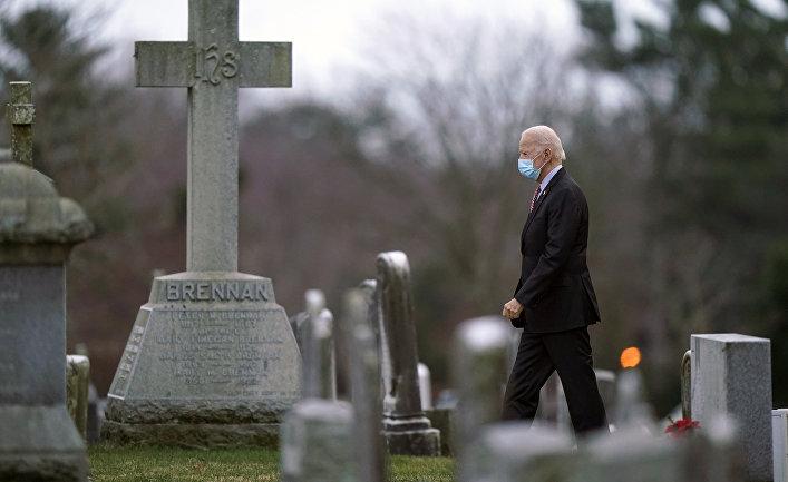Избранный президент Джо Байден на кладбище в Уилмингтоне, Делавэр, США