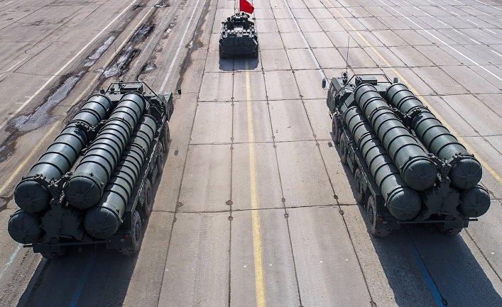 """Зенитные ракетные системы С-400 во время репетиции парада Победы на военном полигоне """"Алабино""""."""