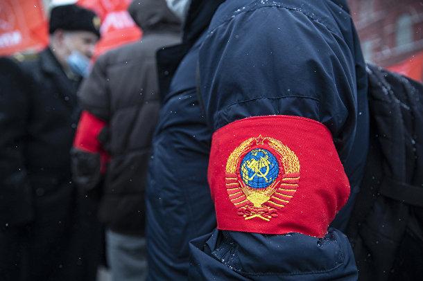 Повязка гербом Советского Союза на руке сторонника КПРФ на церемонии возложения цветов к Мавзолею Ленин