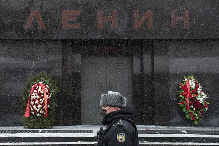 Венки, возложенные сторонниками Коммунистической партии у входа в мавзолей Ленина на Красной площади