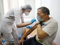 Медсестра делает прививку пациенту откоронавируса вакциной «Спутник-V» врайонной больнице Волгограда