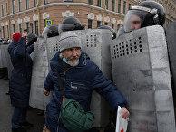 Сотрудники правоохранительных органов и участники несанкционированной акции сторонников Алексея Навального у здания Законодательного Собрания в Санкт-Петербурге
