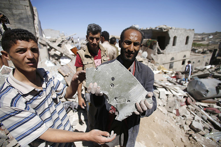 Фрагмент бомбы, найденный после авиаударов коалиции во главе с Саудовской Аравией по столице Йемена Сане