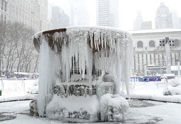 Замерзший фонтан в Нью-Йорке