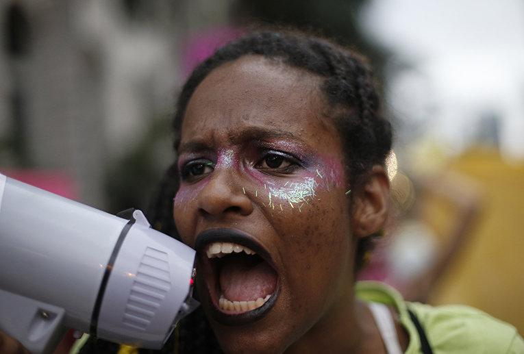 Женщина на акции протеста против нового законопроекта об абортах в Рио-де-Жанейро
