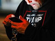 Сторонник Трампа с мобильным телефоном