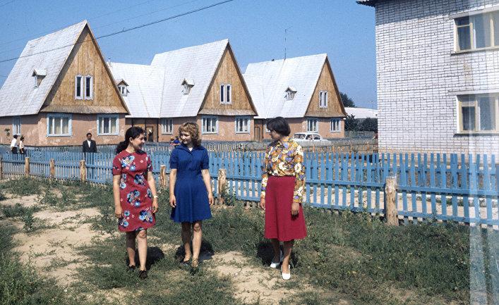 Наулице экспериментального поселка колхоза «Закоммунизм» (Волжский район). Впоселке построены благоустроенные жилые дома, магазины, финские бани, гаражи для персональных машин