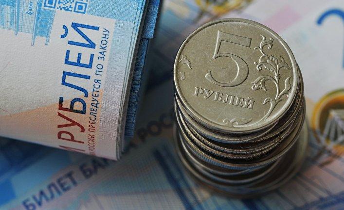 Банкноты номиналом 2000 рублей и монеты номиналом 5 рублей