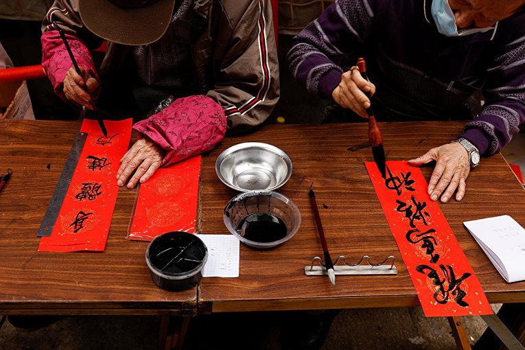Каллиграфия со словами благословения для продажи в преддверии Лунного Нового года в Гонконге