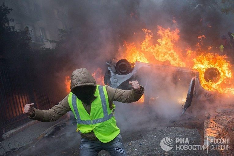"""Автомобиль, горящий во время протестной акции движения автомобилистов """"желтые жилеты"""""""