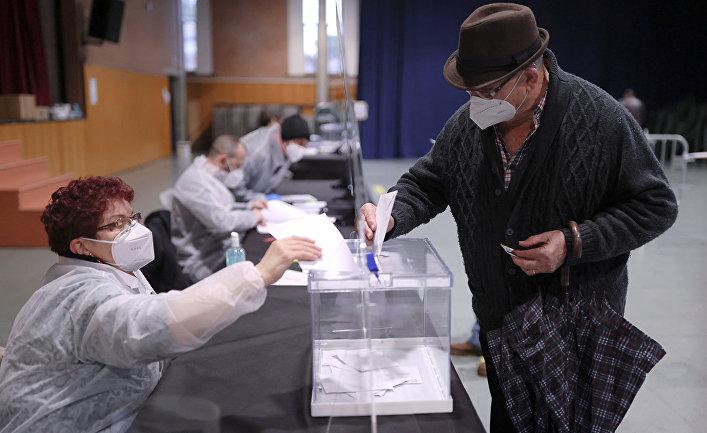 Голосование на на избирательном участке в Каталонии