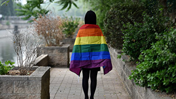 ЛГБТ активист с радужным флагом в Пекине