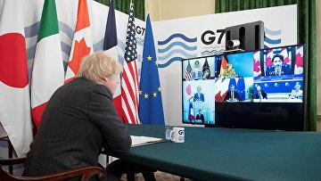 Премьер-министр Великобритании Борис Джонсон проводит онлайн-саммит G7 на Даунинг-стрит в Лондоне