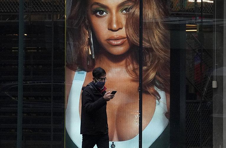 Витрина с американской певицей Бейонсе с рекламой флагманского магазина Adidas в Нью-Йорке