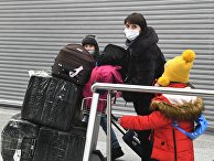 Сотрудники российского посольства в КНДР и члены их семей в аэропорту Шереметьево в Москве