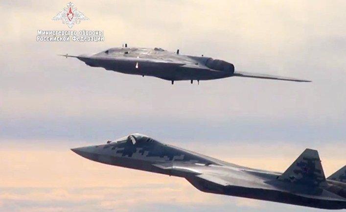 """Новейший ударный беспилотник """"Охотник"""" совершил первый совместный полет с Су-57"""
