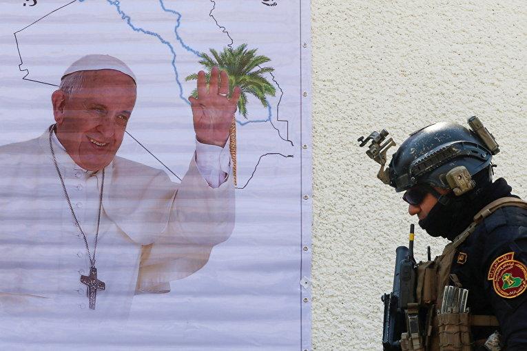 Плакат с фотографией Папы Римского Франциска в преддверии его визита в Ирак