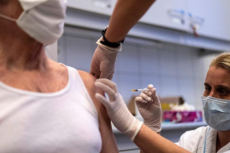 """Инъекция вакцины """"Спутник V"""" в Будапеште"""