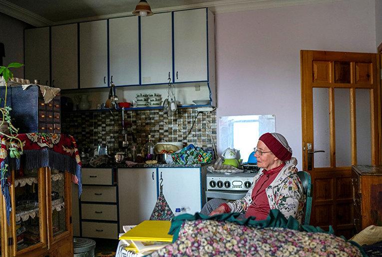 Нэнси Ван Дер Страттен отдыхает на кухне своего дома в Анталье