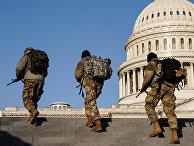 Члены Национальной гвардии США патрулируют территорию возле Капатолия в Вашингтоне