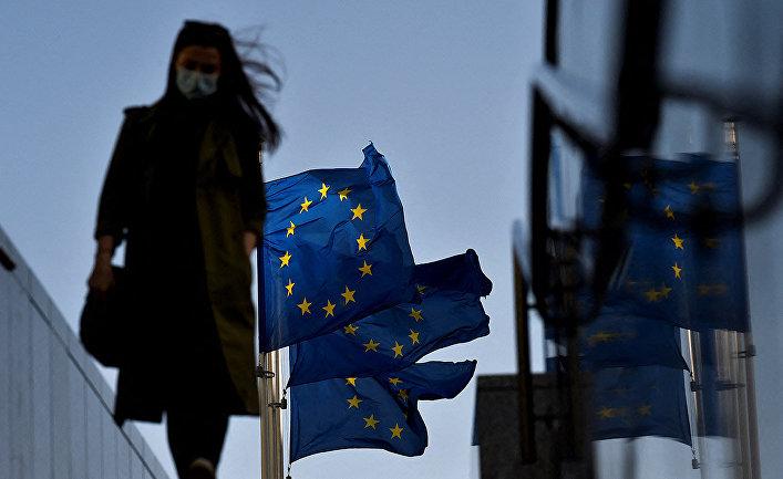 Женщина перед флагами Европейского Союза в Брюсселе