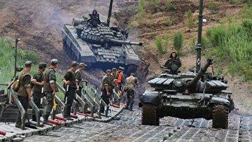 Военные учения по форсированию водной преграды в Приморье