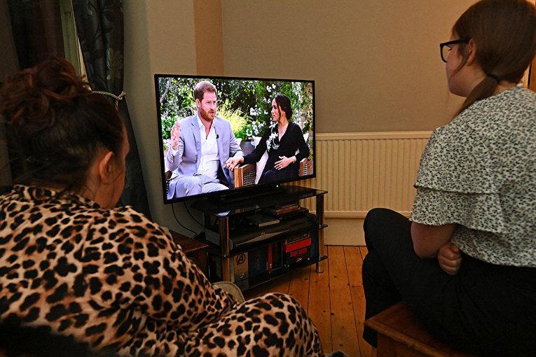 Британцы смотрят интервью принца Гарри и Меган, герцогини Сассексской в Ливерпуле, Великобритания