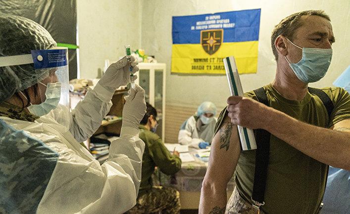 Украинский военнослужащий вакцинируется на военной базе на востоке Украины