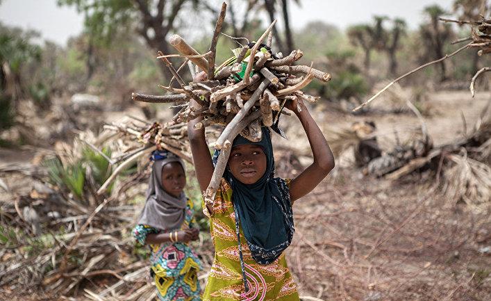 Девушки на окраине города Дамасак в Нигерии