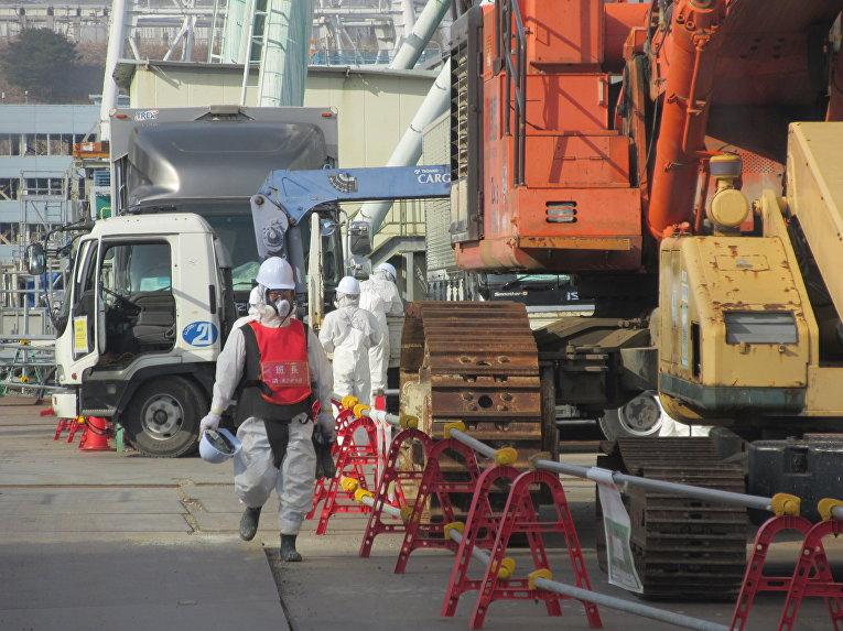 Ликвидаторы около 4 блока АЭС «Фукусима»