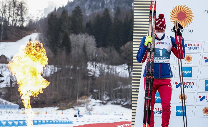 Александр Большунов (Россия), завоевавший серебряную медаль в масс-старте среди мужчин на чемпионате мира-2021 по лыжным видам спорта в немецком Оберстдорфе, на церемонии награждения
