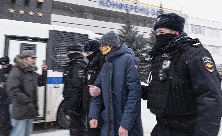 Сотрудники полиции проводят задержание участников форума независимых депутатов в Москве