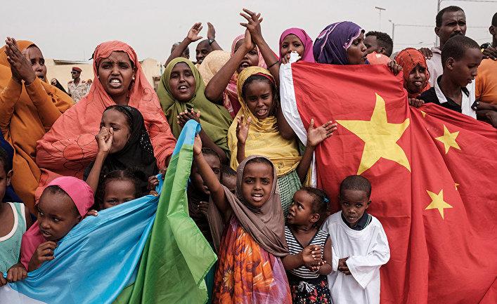 Люди с флагами Китая и Джибути