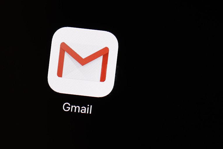 Иконка приложения Google почты на экране iPhone
