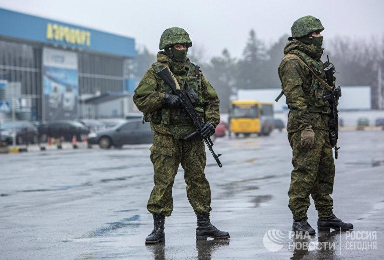Вооруженные люди у здания аэропорта Симферополя